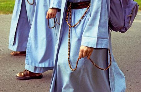 hábitos de religiosos con rosarios