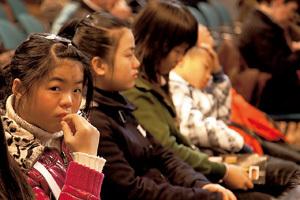grupo de chicas jóvenes inmigrantes en misa