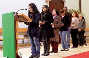 inmigrantes participan en misa leyendo peticiones