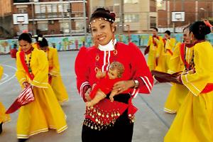 grupo de inmigrantes bailan danzas tradicionales en celebración en la parroquia
