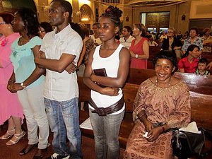 grupo de inmigrantes africanos asisten a misa