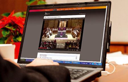 retransmisión de una misa a través de internet en un ordenador
