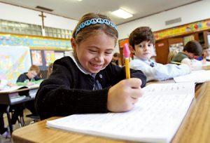 niña en el aula en clase en un colegio católico