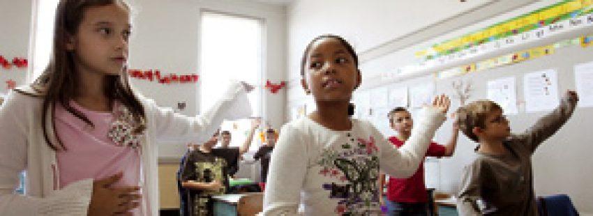 niños pequeños en clase de Religión en el aula