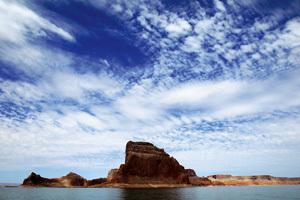 paisaje con un gran cielo y una isla rocosa