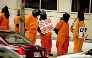 grupo de personas disfrazadas en una protesta contra las torturas en Guantánamo