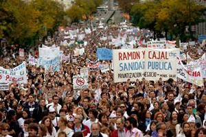 protestas manifestación en la calle en contra de los recortes en la sanidad pública