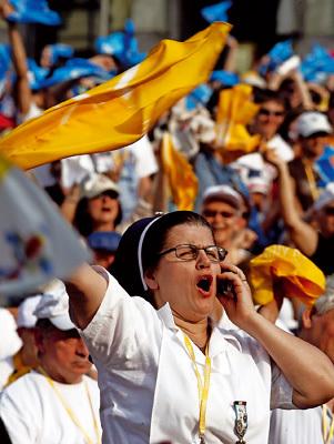 religiosa en acto público agitando una bandera