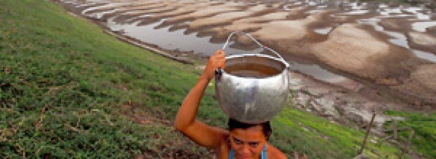 mujer con un caldero con agua en Brasil zona de sequía
