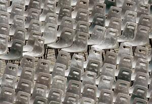 sillas vacías para una reunión