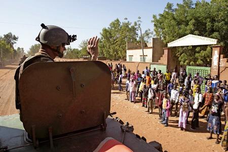 soldado francés entrando en una población en Malí tras la intervención contra los extremistas