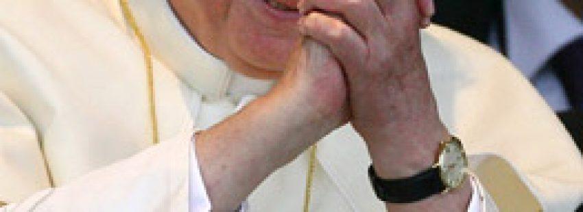 papa Benedicto XVI gesto agradecimiento