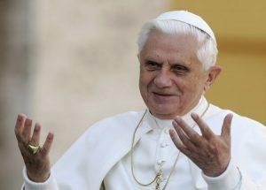 papa Benedicto XVI gesto de acogida