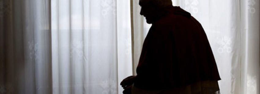 papa Benedicto XVI a contraluz