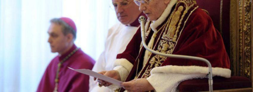 papa Benedicto XVI lee su renuncia dimisión