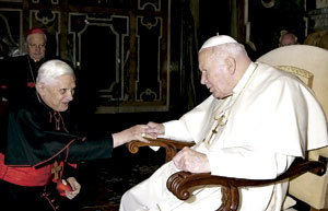 Joseph Ratzinger cardenal con Juan Pablo II