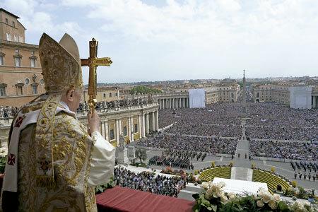 papa Benedicto XVI asomado al balcón hacia la Plaza de San Pedro