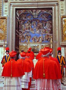 cardenales de la Iglesia católica entrando en la Capilla Sixtina para cónclave 2005