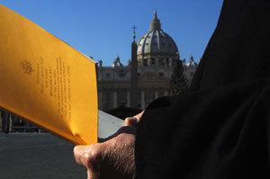 persona lee encíclica Caritas in Veritate en Plaza de San Pedro Vaticano