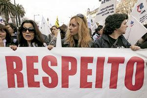 mujeres en manifestación contra la crisis en Portugal