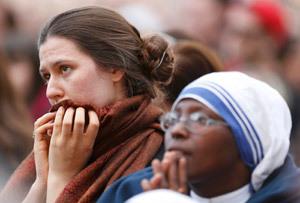 dos mujeres despiden al papa Benedicto XVI
