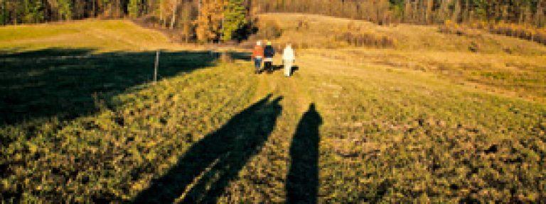 personas paseando por un campo en Polonia