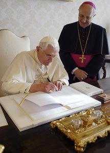 papa Benedicto XVI firma la encíclica Deus caritas est