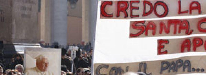 gente fieles plaza de San Pedro con pancartas agradecimiento papa Benedicto XVI