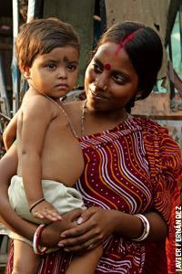 mujer en la India con la niña en brazos