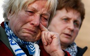 mujer llora por la despedida papa Benedicto XVI