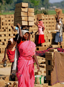 mujer trabajadora en la India en una fábrica de ladrillos