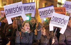 ciudadanos protestan contra la corrupción política y carteles de dimisión