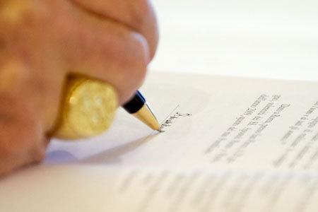 papa Benedicto XVI firma documentos