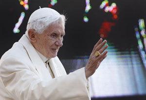 papa Benedicto XVI saluda
