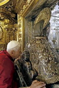 papa Benedicto XVI abraza al Apóstol Santiago en Compostela 2010