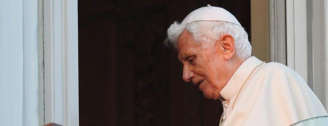 papa Benedicto XVI asomando balcón Castel Gandolfo