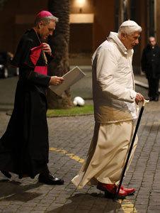 papa Benedicto XVI con su secretario Georg Ganswein febrero 2013