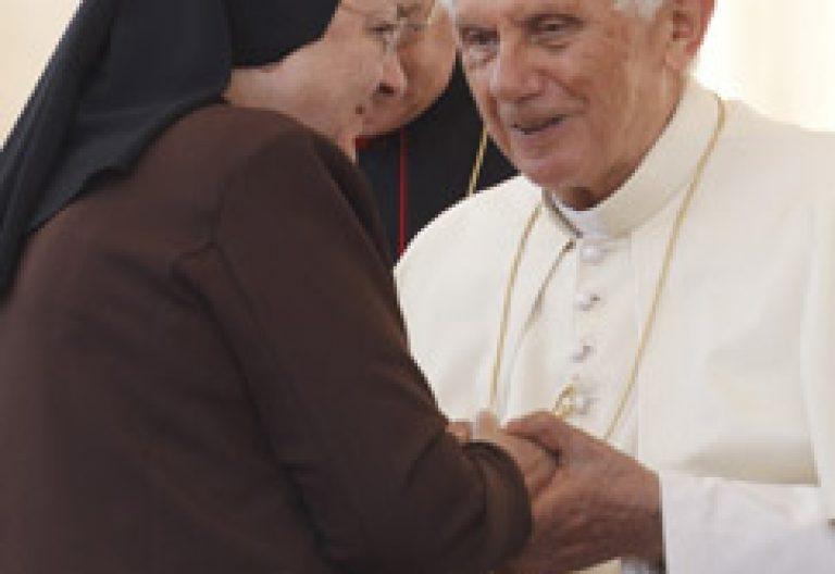 papa Benedicto XVI saluda a religiosa