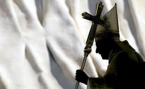 papa Benedicto XVI con cruz a contraluz