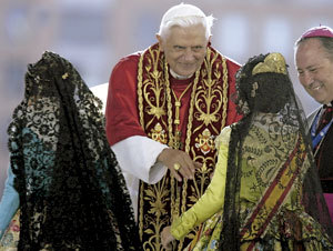 papa Benedicto XVI Valencia 2006 con falleras