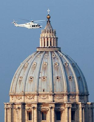 papa Benedicto XVI en helicóptero sobrevuela Roma