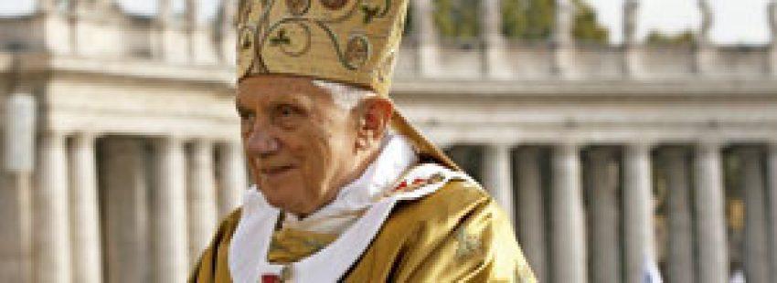 papa Benedicto XVI con mitra