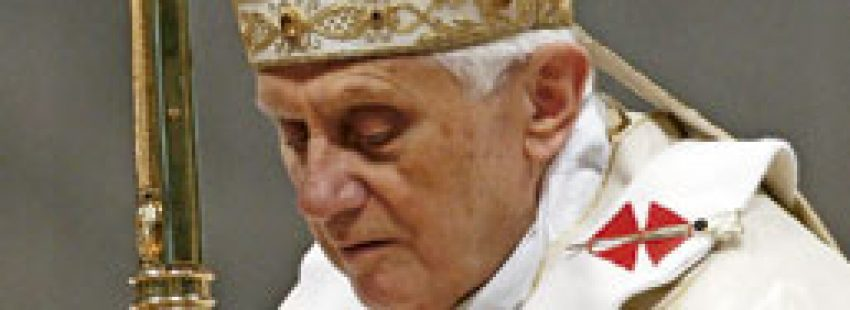papa Benedicto XVI con mitra y báculo