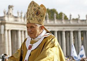 papa Benedicto XVI con mitra en Plaza San Pedro Vaticano