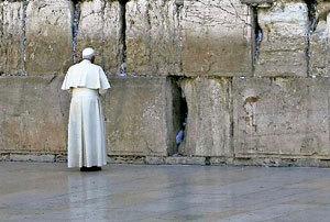 papa Benedicto XVI ante el Muro de las Lamentaciones en Jerusalén