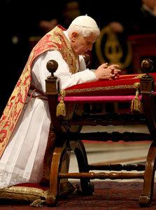 papa Benedicto XVI rezando en un reclinatorio