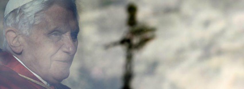 papa Benedicto XVI reflejado en el cristal del papamovil