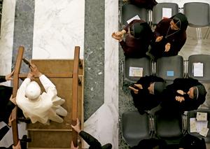 papa Benedicto XVI aplaudido por religiosas