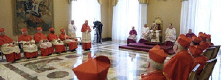 cardenal Sodano se dirige al papa Benedicto XVI después de leer su renuncia