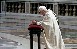 papa Benedicto XVI rezando solo reclinatorio